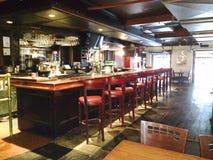 Lokale bar van de binnenstad alvorens te openen stock afbeelding