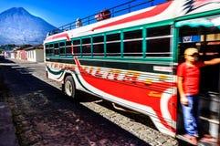 Lokale bus & Agua-vulkaan, Antigua, Guatemala Stock Afbeelding