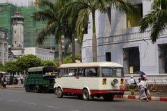 Lokale bussen in Yangon, Myanmar Royalty-vrije Stock Fotografie
