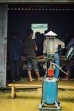 lokale dorpsbewoners die poolbiljart spelen bij een kleine bar naast de lokale landbouwersmarkt stock foto's