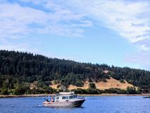 Lokale Fischer, die für Lachse in seinem kleinen Fischereifahrzeug vor der Küste des Britisch-Columbia mit der Schleppangel fisch lizenzfreie stockfotos