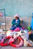 Lokale Frau, die Kartoffeln und Korn am Straßenmarkt in C verkauft stockfoto