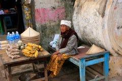 Lokale Frau, die Lebensmittel in der Straße von Mingun, Mandalay, Myan verkauft lizenzfreies stockfoto