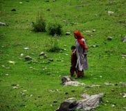 Lokale Frau mit Kind in Kaschmir Stockbilder
