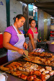 Lokale Frauen, die Fleisch für asado bei Mercado 4 in Asuncion, Gleichheit kochen Lizenzfreie Stockfotografie