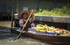 Lokale Frauen, die gebratene Banane auf Booten verkaufen April 2017 lizenzfreies stockbild