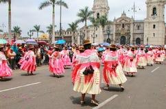 Lokale Frauen, die während des Festivals der Jungfrau de la Candelar tanzen lizenzfreie stockfotografie