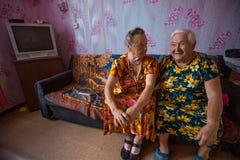 Lokale Frauen Vepsian in ihnen ländliches Haus lizenzfreies stockbild
