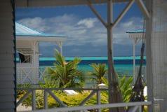 Lokale Häuser durch den Strand. Raiatea, Französisch-Polynesien Stockbild