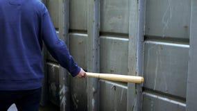Lokale hooligan die met knuppel lopen die klasgenoten, slechte opvoeding, agressie doen schrikken stock foto