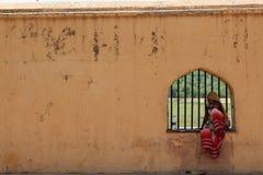 Lokale Indische dames die op een venster in Amber Amer Fort zitten van stock foto