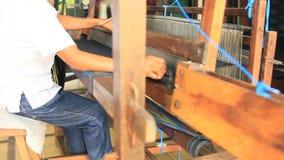 Lokale indonesische Kleinbetrieb-Frauen-spinnender Stoff stock video footage