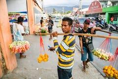 Lokale inheemse mensen Van Timor, de vruchten van de straatverkoop en groenten Dili, Oost-Timor royalty-vrije stock foto