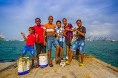 Lokale jonge geitjes die door de haven hangen waar zij vissen Stock Afbeeldingen