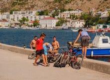 Lokale Kerle auf dem Hintergrund der Bucht Lizenzfreies Stockbild