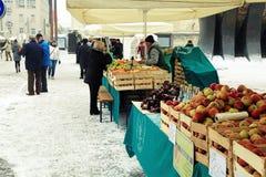 Lokale landbouwersmarkt in de winter, Maribor, Slovenië stock foto's