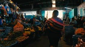 lokale Landwirte, die ihr Erzeugnis verkaufen, welches die Stadt mit einem lokalen Stammes- Frauengehen vermarkten stockbilder