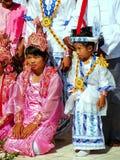 Lokale Leute in den traditionellen Kostümen teilnehmend an der Hochzeitszeremonie an Mahamuni-Pagode, Mandalay, Myanmar Stockfoto
