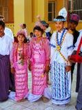 Lokale Leute in den traditionellen Kostümen teilnehmend an der Hochzeitszeremonie an Mahamuni-Pagode, Mandalay, Myanmar Lizenzfreie Stockbilder