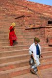 Lokale Leute, die hinunter die Treppe von Jama Masjid in Fatehpu gehen lizenzfreie stockfotos