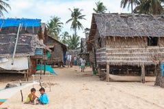 Lokale Leute in einem Fischerdorf bei Nacpan setzen, Palawan in den Philippinen auf den Strand Stockbilder