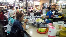 Lokale Leute essen in Siem- Reapmarkt Stockbild
