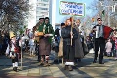 Lokale Leute mit bulgarischen Volkskostümen auf Surva-Festival Lizenzfreies Stockbild