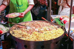 Lokale Leute verkaufen traditionelles thailändisches Lebensmittel und Getränke am Nachtmarkt in Chiang Mai, Thailand Lizenzfreies Stockbild