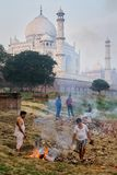 Lokale Männer, die Abfall auf der Bank von Yamuna-Fluss nahe Taj M brennen Lizenzfreie Stockfotografie