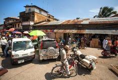 Lokale markt met bussen en de mens op fiets stock fotografie