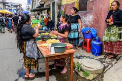 Lokale Mayafrauen machen Tortillas in der Straße, Santiago Sacatepe Stockfotografie
