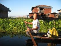 Lokale mens die in het Inle-Meer, Myanmar paddelen Stock Afbeeldingen
