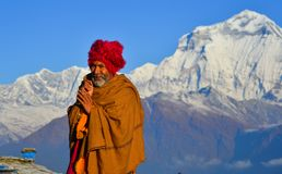 Lokale mens op berg in Khopra-Dorp, Nepal stock foto's