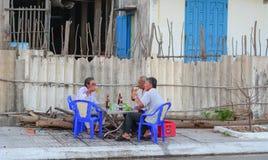 Lokale mensen die bier op straat drinken stock fotografie