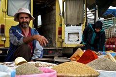 lokale mensen verkopende kruiden en korrels bij de markt stock foto
