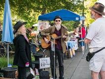 Lokale Musiker plaudern mit Freunden an Corvallis-Landwirt-Markt, O lizenzfreies stockbild