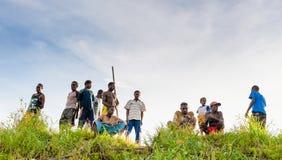 Lokale papuan mensen op de kust van de rivier welkome toeristen Royalty-vrije Stock Afbeeldingen
