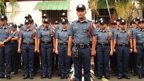 Lokale politieagenten die zich in aandacht bevinden aangezien zij WO.II-Veteranenviering bijwonen stock video