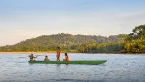 Lokale Quechua Stammjugendliche im ekuadorianischen Amazonas auf einem Kanu auf dem Fluss Napo Stockfoto