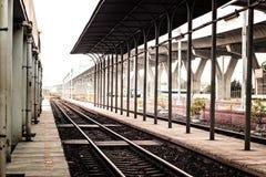 Lokale stationplatform en verkeerssignage om mensen over het stegen eenvoudige architectuur concept van het de bouwontwerp tegen  stock foto