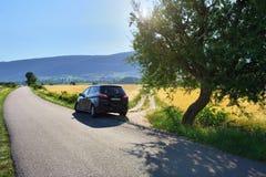 Lokale Straße entlang ländlichem Feld Provence, Frankreich Lizenzfreie Stockbilder