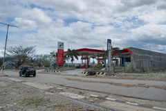 Lokale Tankstelle auf Talise nach Tsunami schlug am 28. September 2018 in Palu stockbild