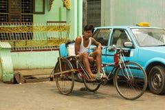 Lokale taxibestuurder met drie wielen stock foto