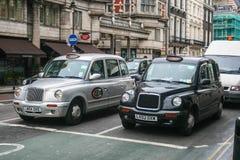 Lokale Taxis in London Stockbild