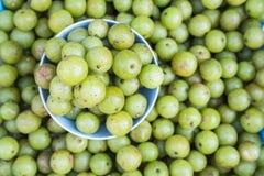 Lokale thailändische grüne Frucht der Draufsicht Stachelbeerin Chiang Mai-Markt Stockfotos