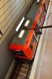 Lokale trein bij de Luchthaven van Hamburg in Duitsland Stock Afbeeldingen