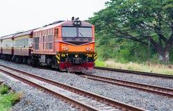 Lokale trein Thailand die aan post komen Stock Fotografie