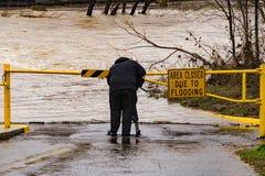 Lokale TV-Fotograaf Covering de Roanoke-Riviervloed stock fotografie