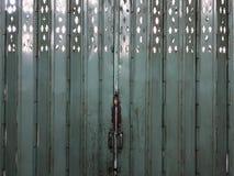 Lokale uitstekende Aziatische staal groene deur van binnenuit de bouw stock foto's