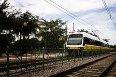 Lokale Untergrundbahn, die von der Station verlässt Lizenzfreie Stockfotografie